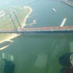 Zug über die Rheinkniebrücke